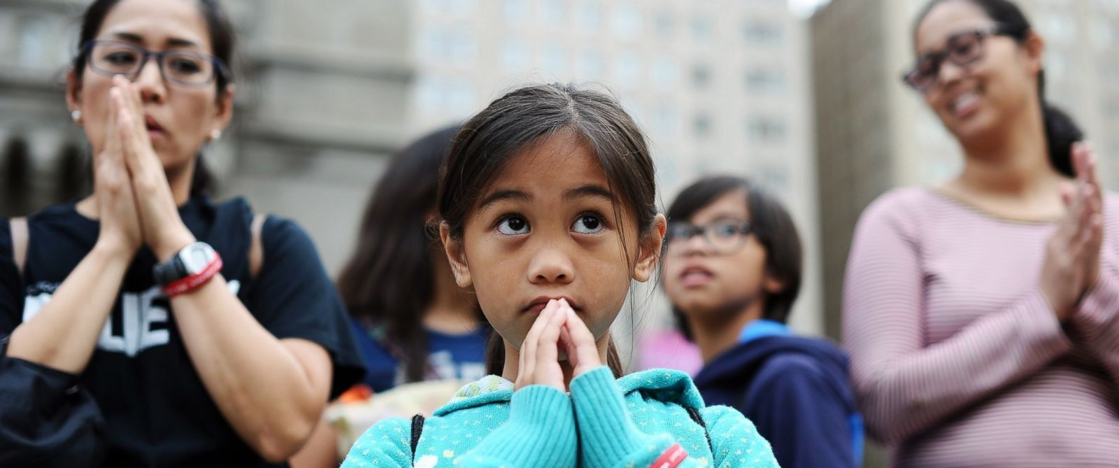 PHOTO: Faithful patrons attend an open-air mass celebrated by Pope Francis at the Benjamin Franklin Parkway in Philadelphia on Sept. 27, 2015.