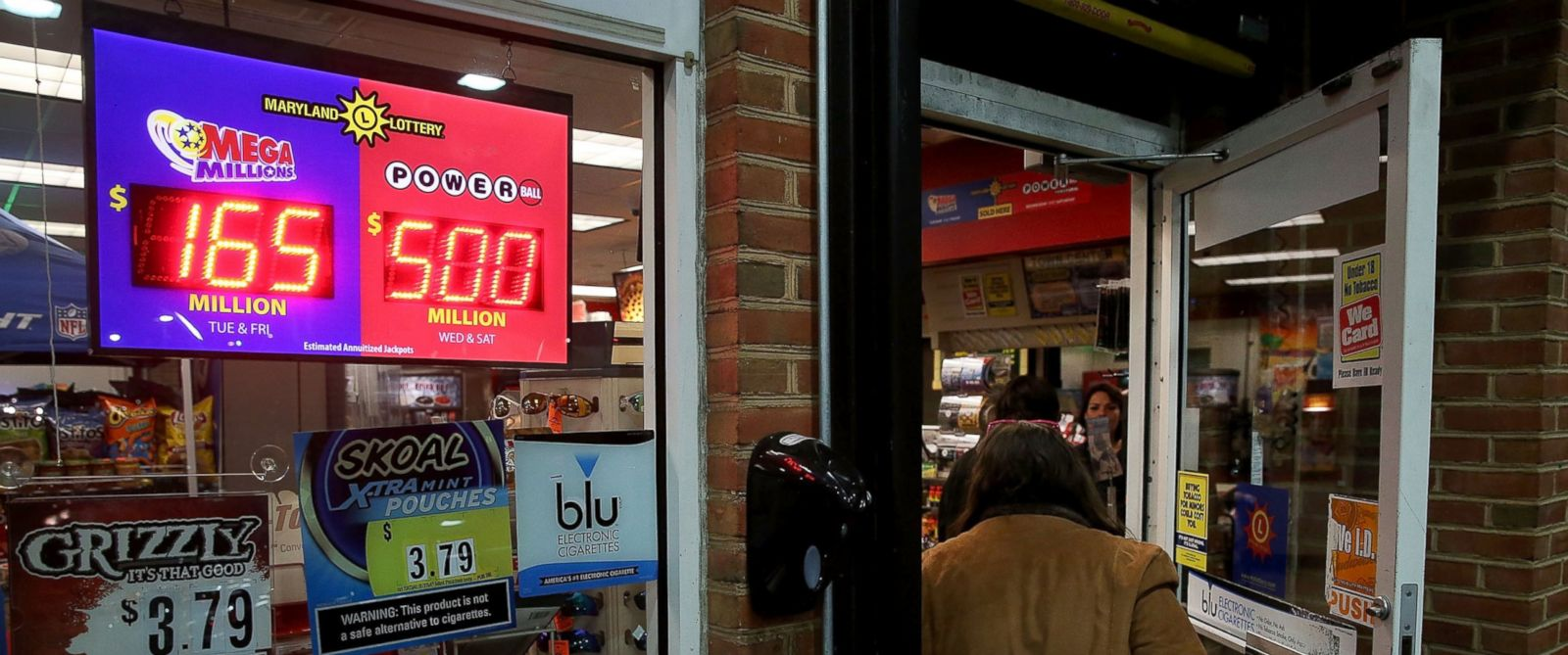 PHOTO: A sign shows the Powerball amount has climbed to 500 million dollars at the BP gas station, Jan. 6, 2015 in Dunkirk, Maryland.