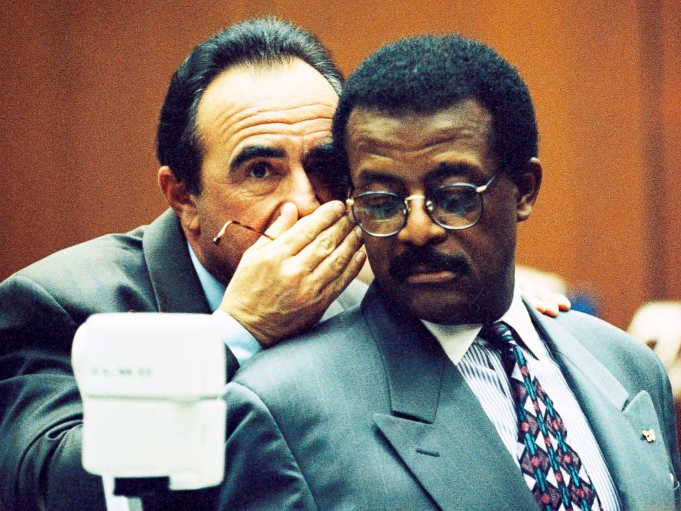 Defense attorneys Robert Shapiro and Johnnie Cochran confer during testimony in the OJ Simpson Criminal Trial, Feb. 9, 1995.