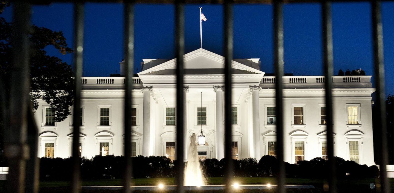 PHOTO: The White House is seen at dusk