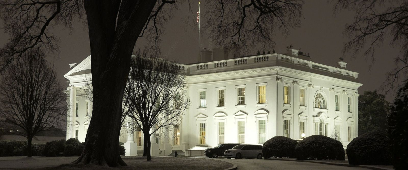 PHOTO: The first measurable snowfall is seen around the White House, Jan. 20, 2016, in Washington, DC.