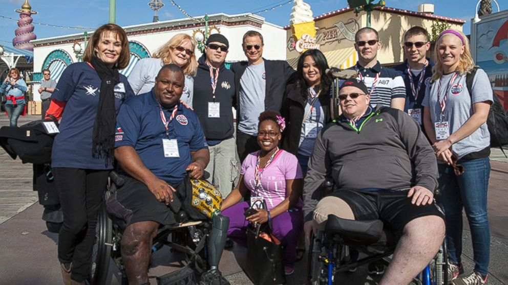 PHOTO: Actor Gary Sinise decided to take 50 servicemen and women on a three day, all-expenses paid trip to Hollywood.
