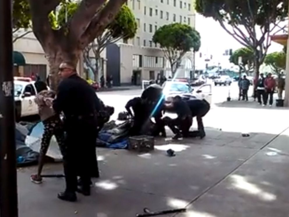 PHOTO: Los Angeles police officers can be seen detaining two robbery suspects before a shooting, March 1, 2015.