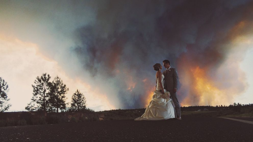 PHOTO: Michael Wolber and April Hartley pose for their wedding photos as wildfires burn in Bend, Oregon, June 7, 2014.