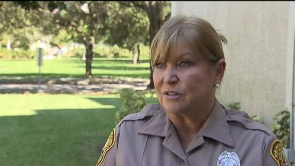 WSVN police officer vicki thomas jt 131023 16x9 608 Florida Cop Buys $100 in Groceries for Woman Caught Shoplifting Food