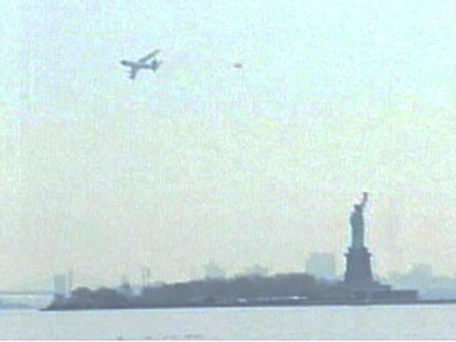 VIDEO: A 757 scares New Yorkers by flying low.