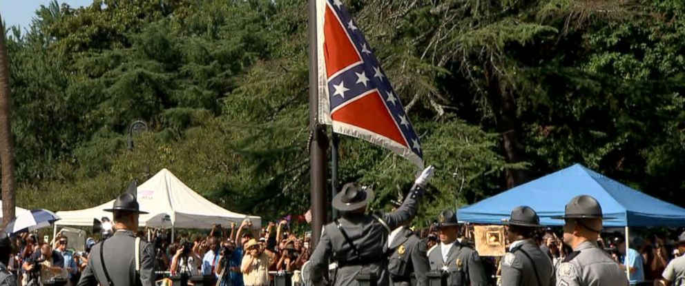 PHOTO: The confederate flag is removed in Charleston, South Carolina, July 10, 2015.