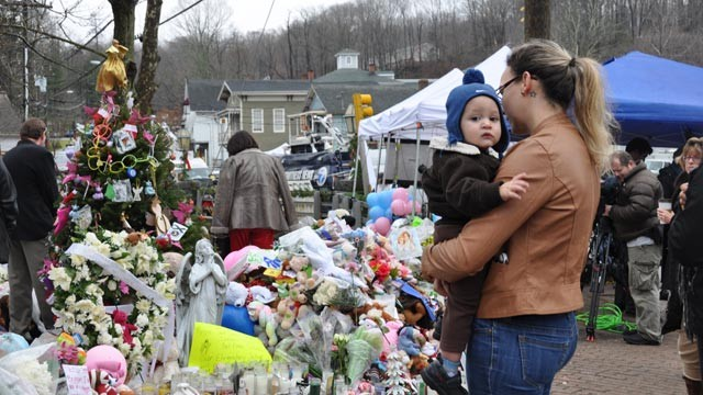 PHOTO: Ana Deaguiar, 21, and her 16-month-old son Giovanni visit the Sandy Hook Elementary School shooting memorial in Newtown, Conn., on Dec. 18, 2012.