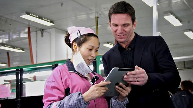 PHOTO: Nightline Co-Anchor Bill Weir shows Foxconn employee Zhou Xiaoying photos of his family on his iPad, which once upon a time was assembled in a Foxconn factory floor.