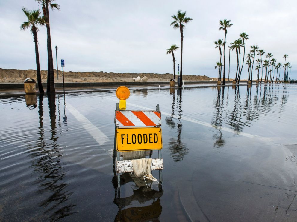 PHOTO: A sign lets visitors know that this beach-side parking lot near the Balboa Pier in Newport Beach, Calif., is flooded early Feb. 18, 2017.
