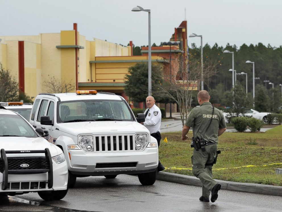 PHOTO: A Pasco County sheriffs deputy and a security guard block the driveway to the Cobb theater, Jan. 14, 2014 in Wesley Chapel, Fla.