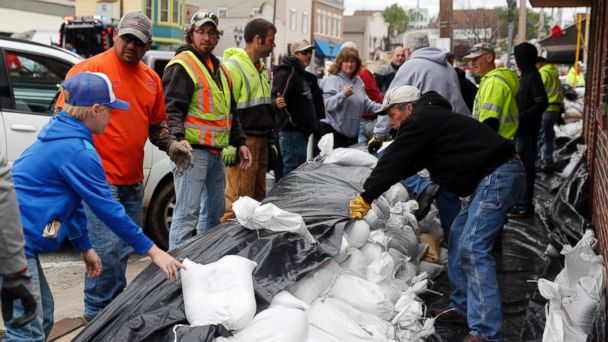 PHOTO: Volunteers place sandbags to protect buildings from potential floodwater, May 1, 2017, in Eureka, Mo.