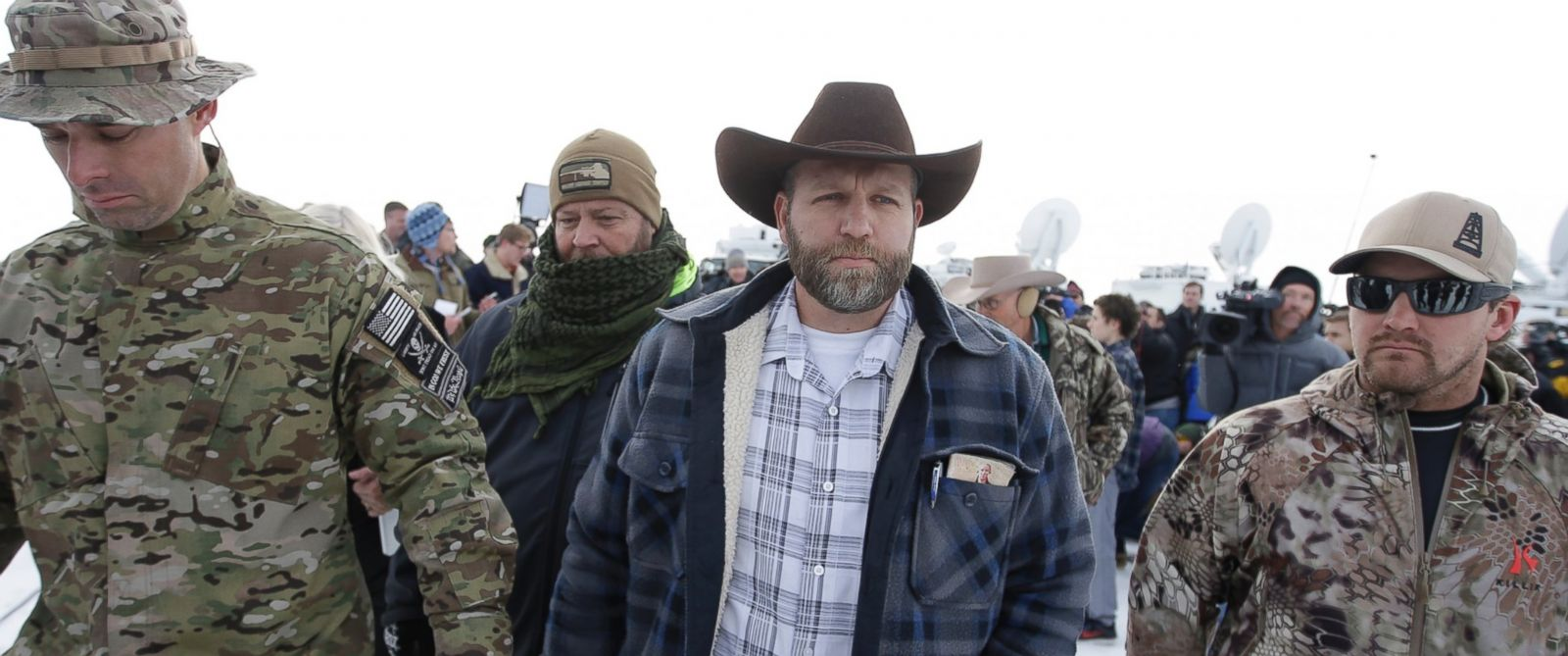 PHOTO: Ammon Bundy, center, walks off after speaking with reporters during a news conference at Malheur National Wildlife Refuge headquarters, Jan. 4, 2016, near Burns, Ore.