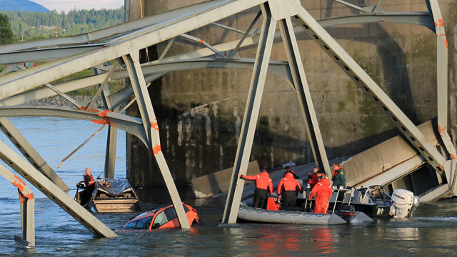 PHOTO: Rescue workers head to the scene where a pickup truck and a car fell into the Skagit River after the collapse of the Interstate 5 bridge, May 23, 2013, in Mount Vernon, Wash.