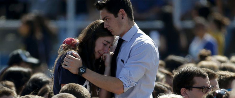 PHOTO: A couple embraces before a memorial service at Harder Stadium on the campus of University of California, Santa Barbara, May 27, 2014.