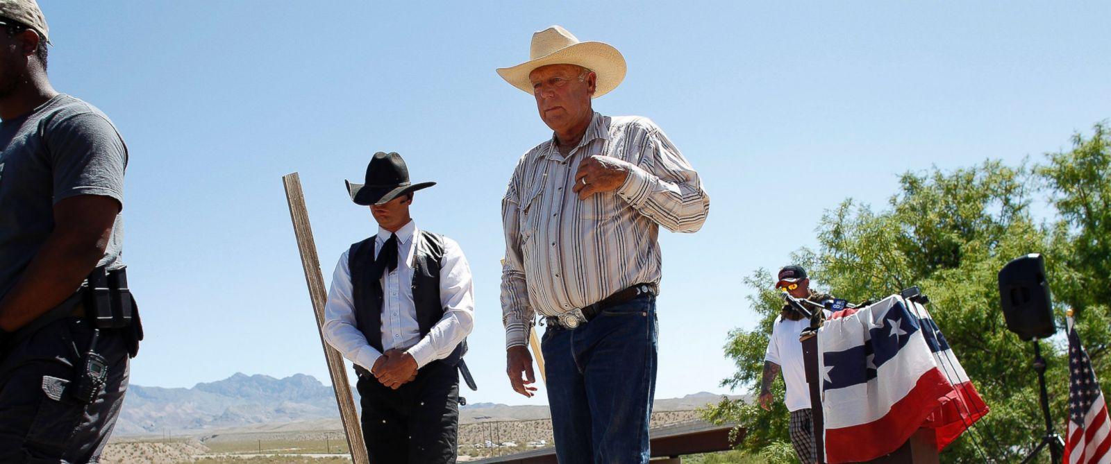 PHOTO: Rancher Cliven Bundy, center, walks off stage after speaking at a news conference near Bunkerville, Nev., April 24, 2014.