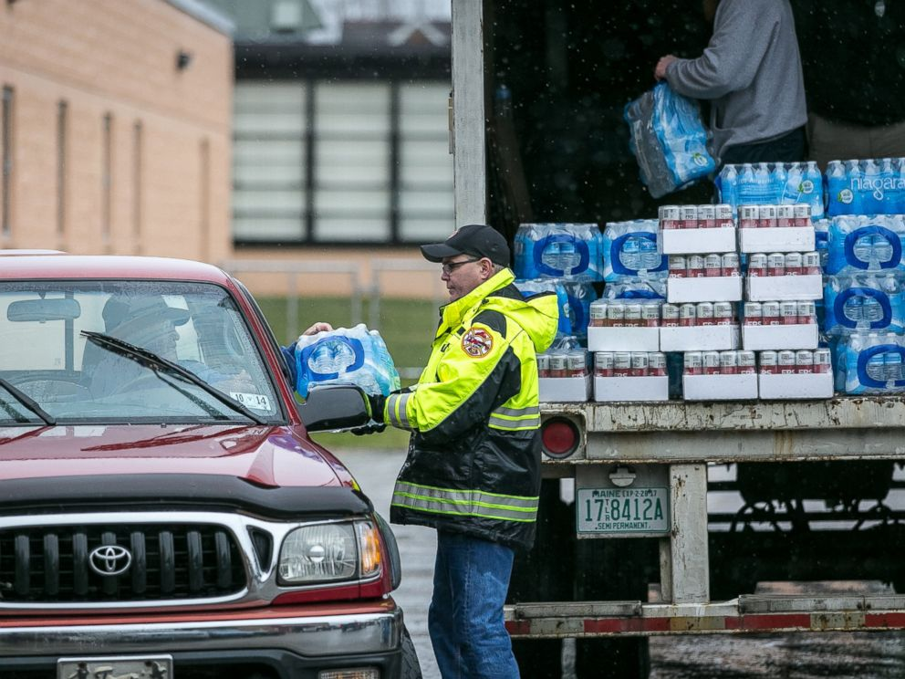 PHOTO: Members of the Nitro Volunteer Fire Department distribute water to local residents following the chemical spill on Jan. 11, 2014 in Charleston, W.V.