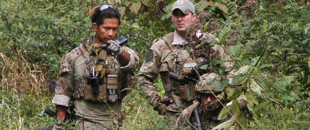 PHOTO: Three U.S. Marshals patrol along Mill Creek near Clarks Road in Barrett Township, Pa., on Sept 29, 2014, in the search for Eric Frein.