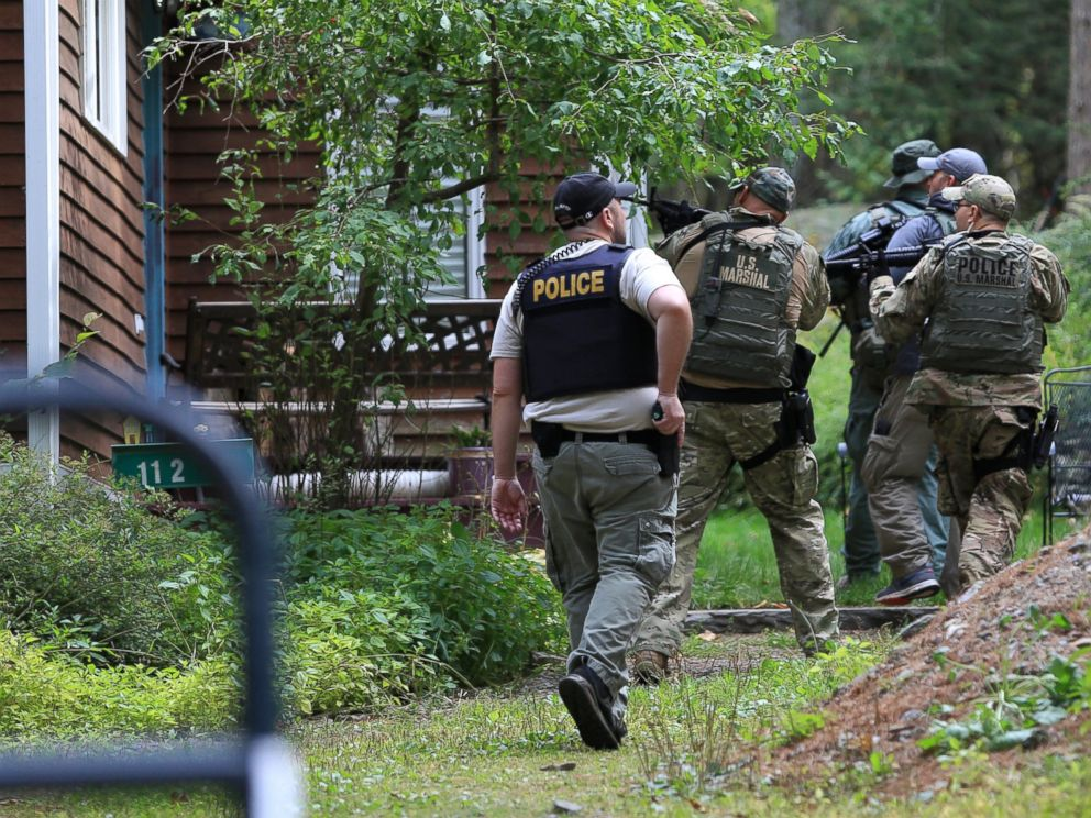 PHOTO: Pennsylvania State Police troopers and U.S. Marshals investigate and clear homes in the search for suspect Eric Frein, Sept. 24, 2014 in Canadensis, Pa.