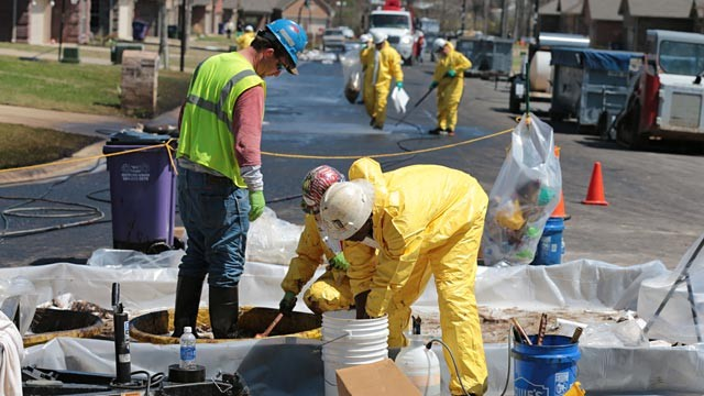 PHOTO: Oil spill clean up