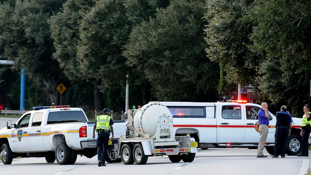 PHOTO: Police block the road to the Jacksonville International Airport terminal as the bomb disposal unit drives by on the right on Oct. 1, 2013, in Jacksonville, Fla.