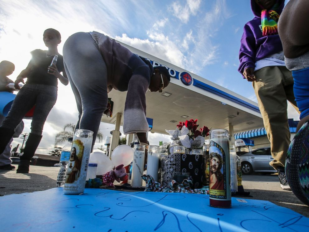 PHOTO: A makeshift memorial set up Sunday, Dec. 13, 2015, for a man who was shot and killed by Los Angeles County Sheriffs deputies Saturday near a gasoline station, in Lynwood, Calif.