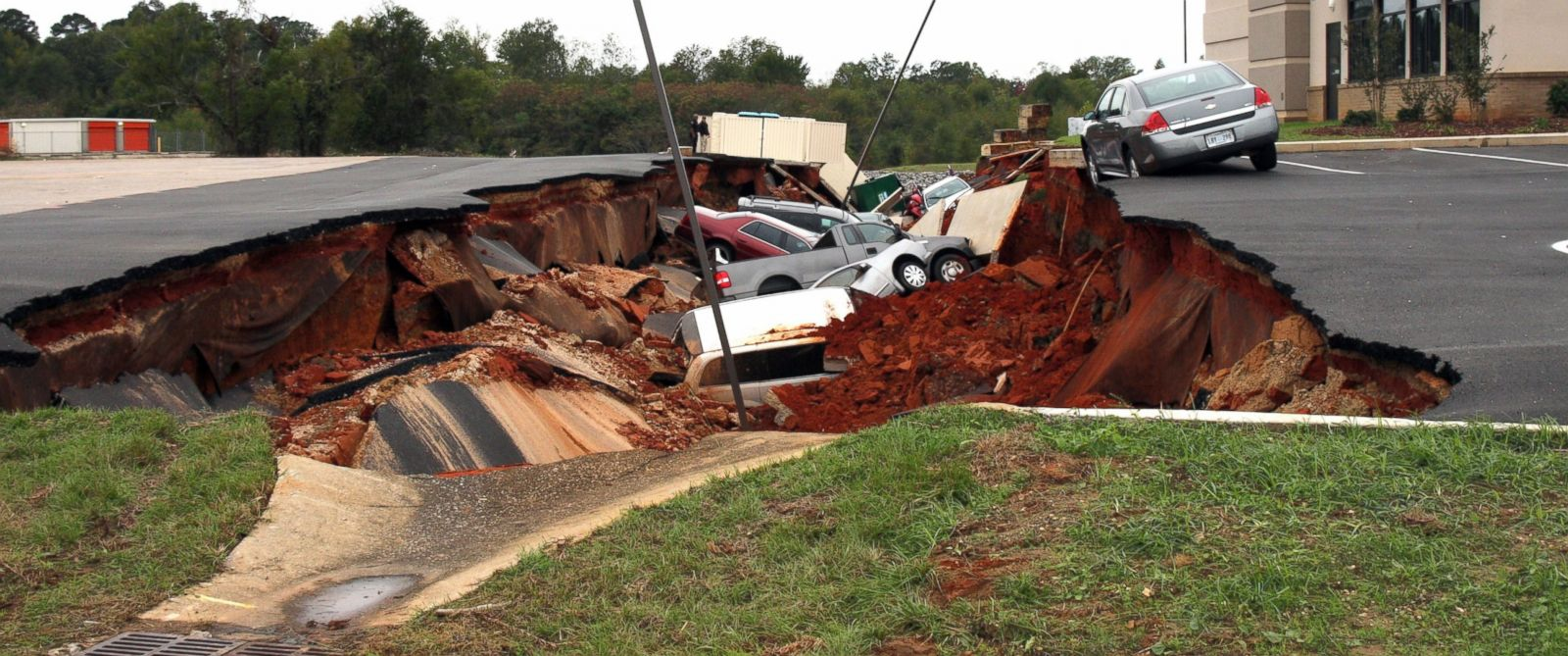 PHOTO: This photo shows vehicles after a cave-in of a parking lot in Meridian, Miss., Sunday, Nov. 8, 2015.
