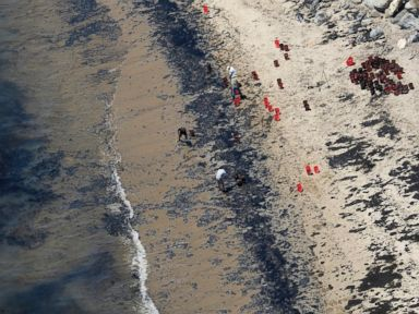 PHOTO: Volunteers fill buckets with oil near Refugio State Beach after an oil spill north of Goleta, Calif., May 20, 2015.
