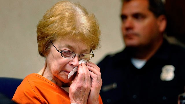 PHOTO: Defendant Sandra Layne breaks down crying during the playing of the 911 call made by her grandson Jonathan Hoffman, in court, July 2, 2012 in Bloomfield Hills, Mich.