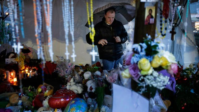 PHOTO: A mourner of Sandy Hook visits a memorial to the Newtown shooting victims during a heavy rain in the Sandy Hook village of Newtown, Conn., Dec. 21, 2012.