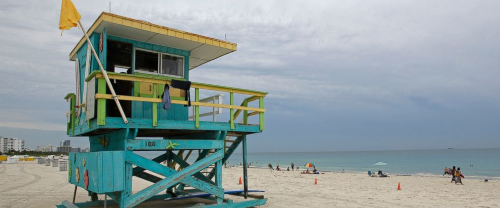 PHOTO: A medium hazard flag warns beachgoers to be cautious of moderate surf and currents, in Miami, July 1, 2014.