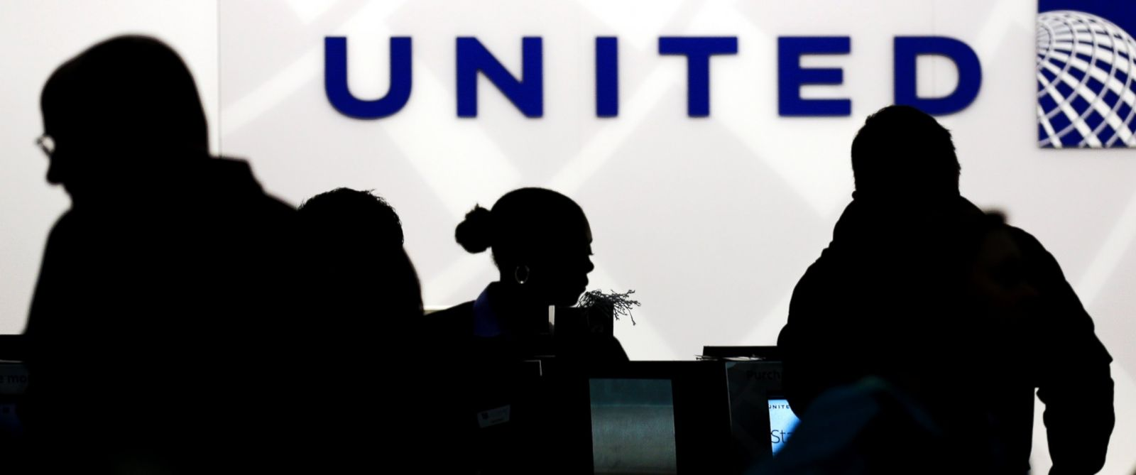 PHOTO: Travelers check in at the United Airlines ticket counter at Terminal 1 in OHare International Airport in Chicago, Dec. 21, 2013.