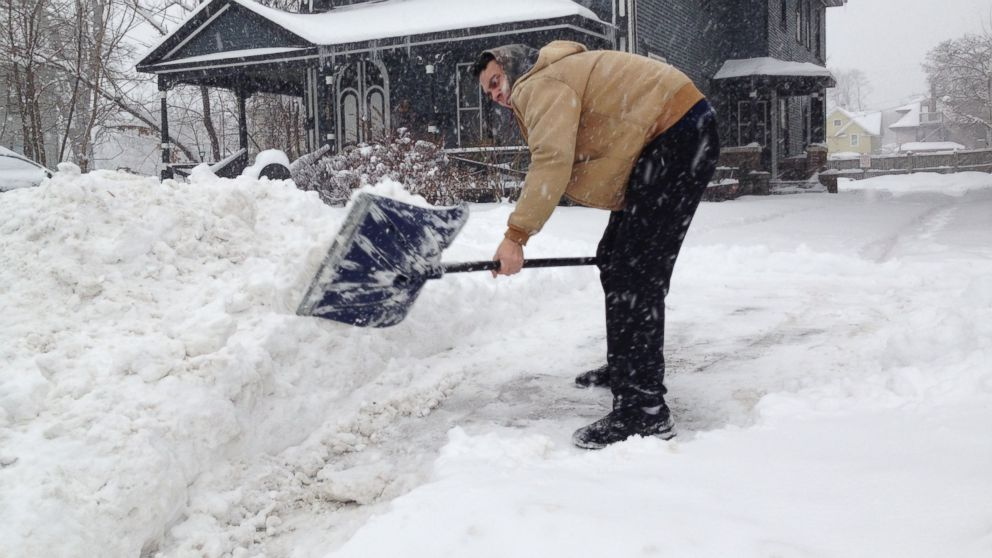 PHOTO: Brian Bunker shovels snow from his driveway, Jan. 5, 2014 in Kalamazoo, Mich.