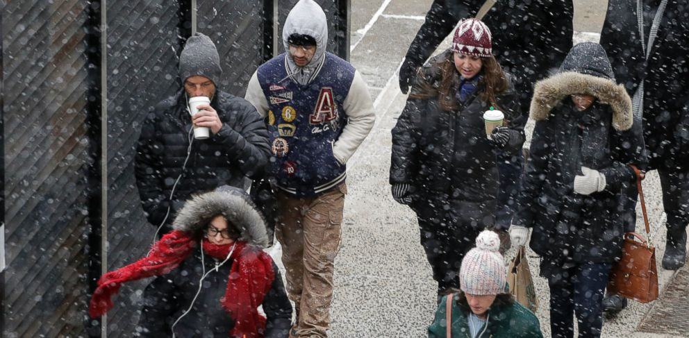 PHOTO: A light snow falls on pedestrians in New York, Jan. 26, 2015.