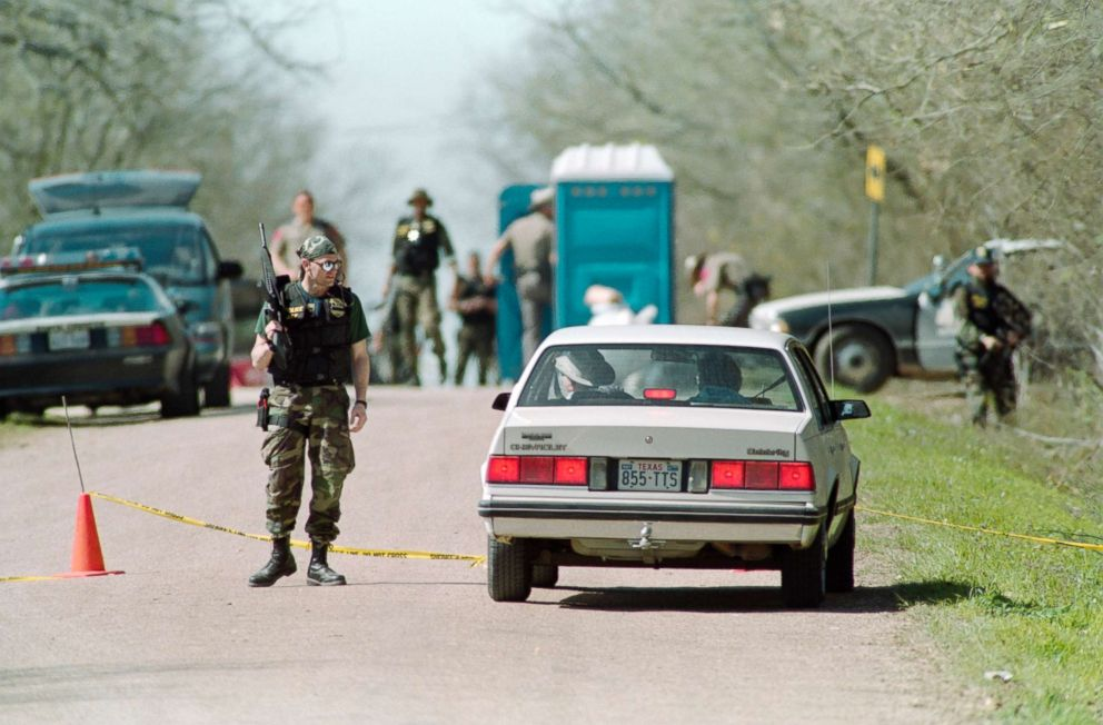 PHOTO: Bureau of Alcohol, Tobacco and Firearms agents confronts sightseers, March 8, 1993, at a checkpoint near the Branch Davidian religious compound in Texas.