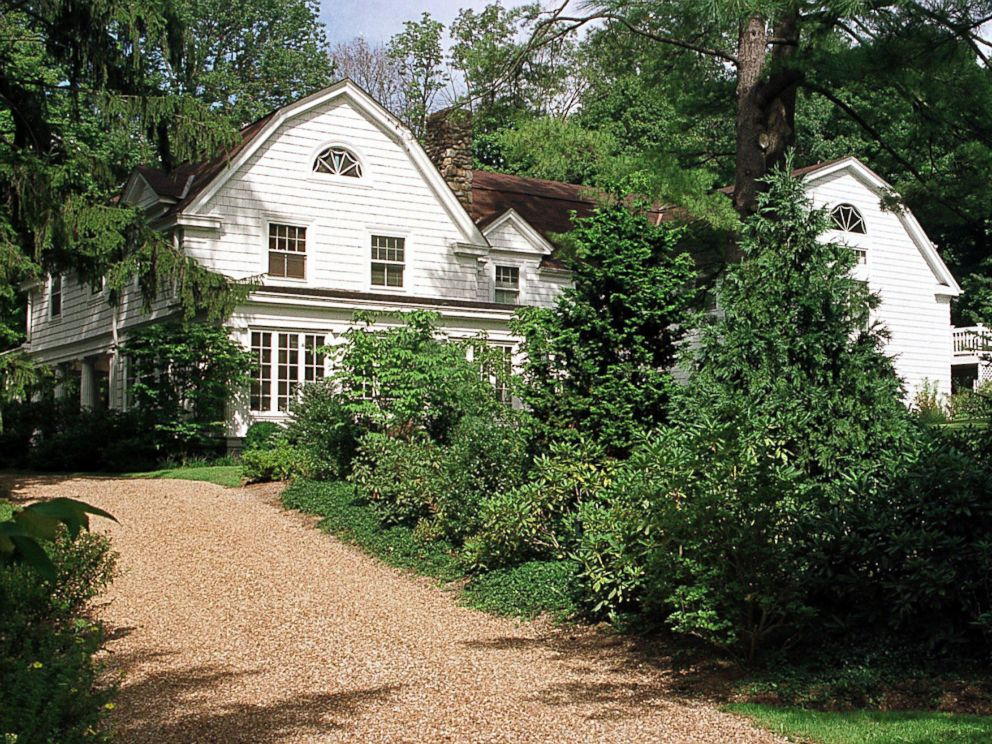 PHOTO: The post-White House residence of President Bill Clinton and his wife Hillary is pictured Sept. 4, 1999 in Chappaqua, New York.