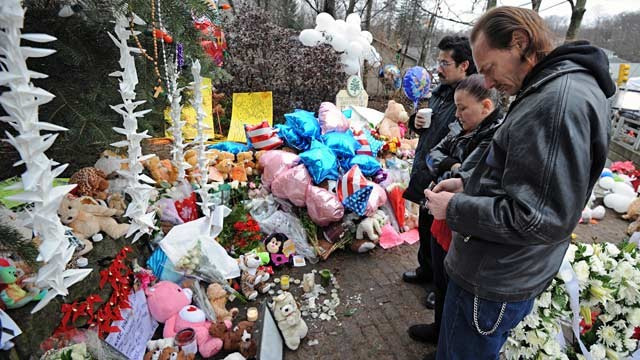 PHOTO: Sandy Hook Elementary School mourners