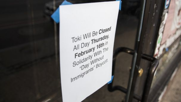 PHOTO: A sign is tapped to the door of a restaurant announcing it will be closed in order to support its staff that are participating in the