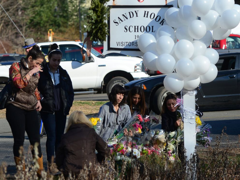 PHOTO: Residents pay tribute to the victims a mass shooting at Sandy Hook Elementary in Newtown, Conn., on Dec. 15, 2012.