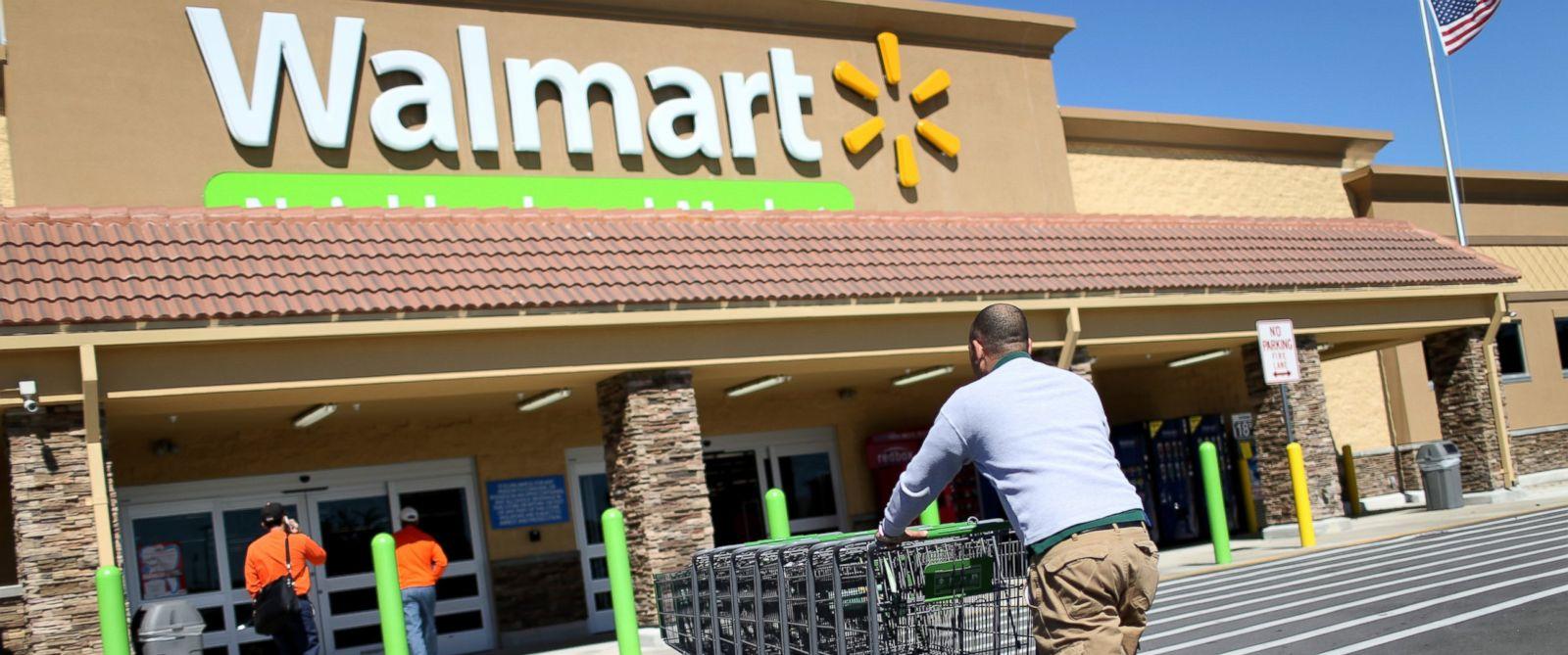 PHOTO: Walmart employee Yurdin Velazquez pushes grocery carts at a Walmart store, Feb. 19, 2015, in Miami, Florida.