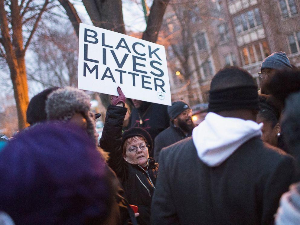 PHOTO: Demonstrators protest outside of Mayor Rahm Emanuels home on Dec. 29, 2015 in Chicago.