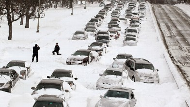 PHOTO: Cars sit in the northbound lanes of Lake Shore Drive after accidents and drifting snow stranded the drivers during last nights blizzard, Chicago, Illinois, Feb. 2, 2011.