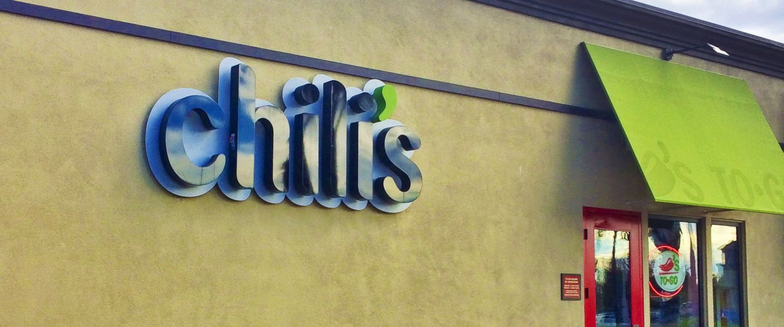 PHOTO: Chilis storefront sign.