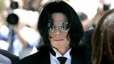 Michael Jackson arrives for the verdict at his child molestation trial at Santa Barbara County Courthouse in Santa Maria June 13, 2005.