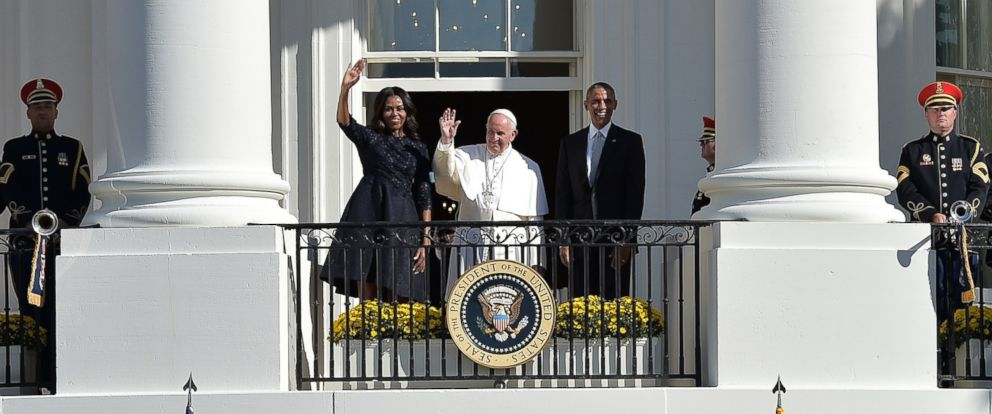 PHOTO: President Barack Obama and Pope Francis wave at the end of an arrival ceremony at the White House on Sept. 23, 2015 in Washington, DC.