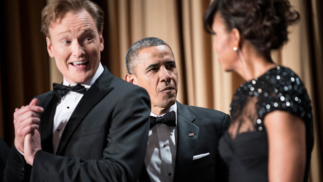 PHOTO: Comedian Conan O'Brien (L) smiles as US President Barack Obama (C) and US first lady Michelle Obama arrive for the White House Correspondents? Association Dinner April 27, 2013 in Washington, DC.