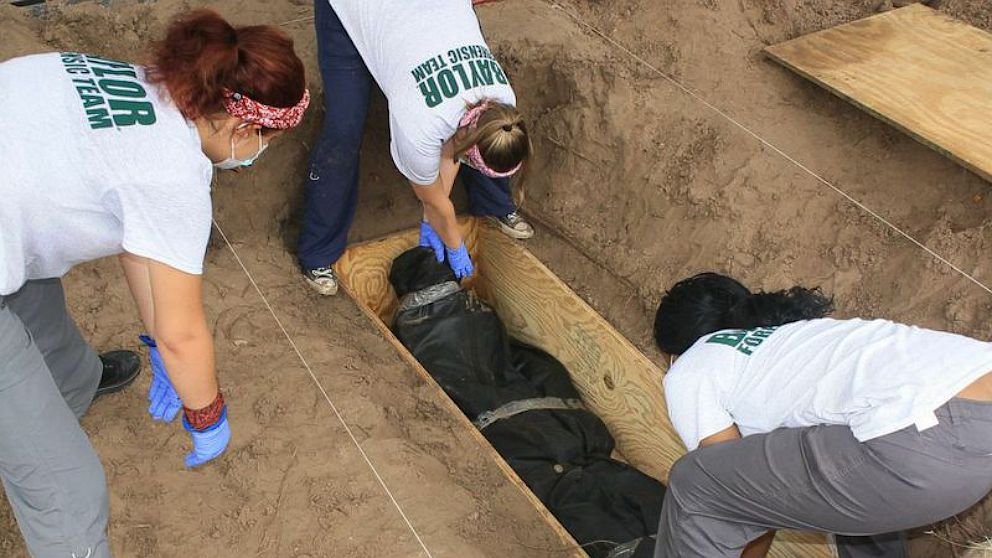 PHOTO: Students from the Baylor Forensic Recovery Team excavate the body of an unidentified undocumented immigrant buried in a Falfurrias, Texas cemetery
