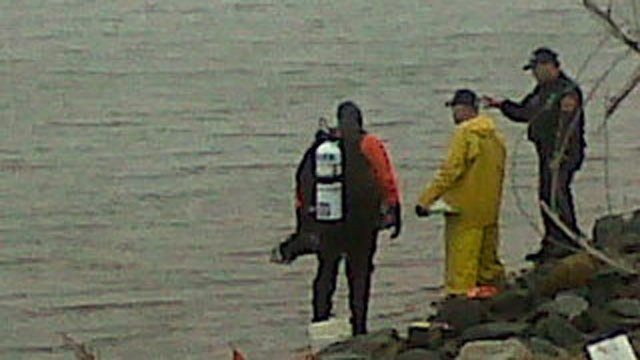 PHOTO:&nbsp;Police scuba teams search the bays near where at least nine bodies have been dumped by a serial killer on Long Island.
