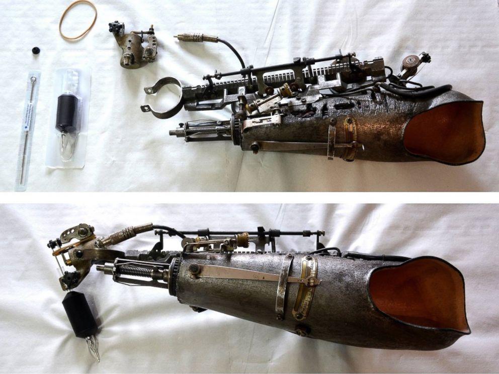 FOTOĞRAF: Dövme sanatçısı JC Sheitan Tenet, Fransa'da bir dövme kongresi sırasında 4 Haziran 2016'da dövme tabancası olarak iki katına kadar özel olarak tasarlanmış bir kol protezi prototipi aldı.