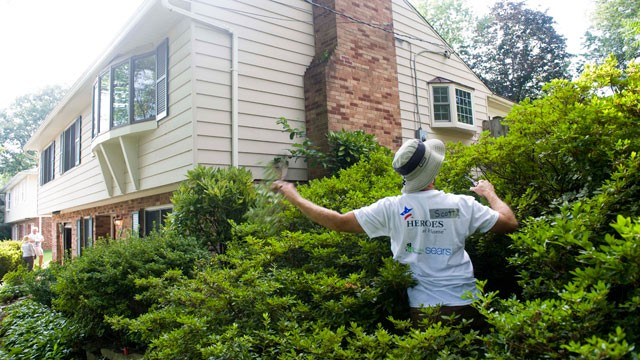 PHOTO: Sears employees volunteer their labor to help with landscaping at the home of injured veteran Capt. Patrick Horan on Tuesday, July, 24, 2012 in McLean, Va.